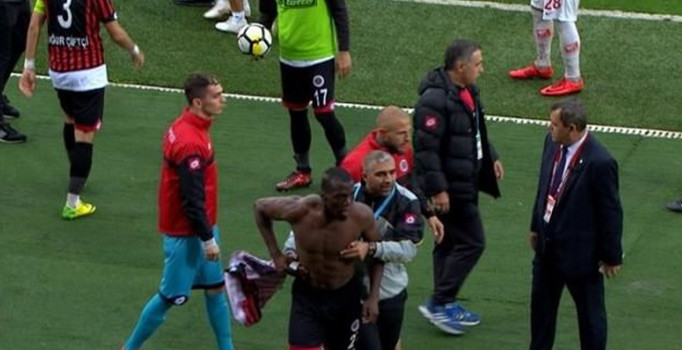 Süper Lig'de görülmemiş olay! Futbolcular birbirine girdi