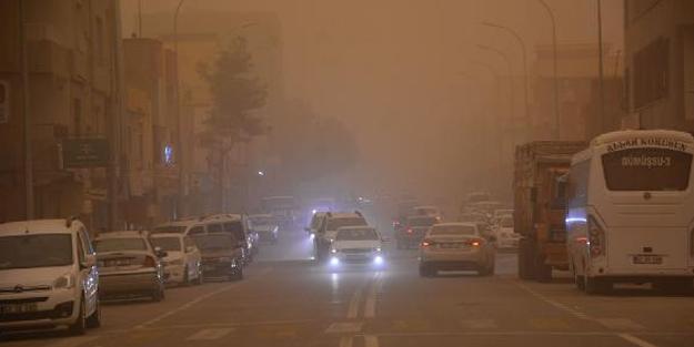 Suriye üzerinden gelen toz bulutu, gök yüzünü kızıla bürüdü