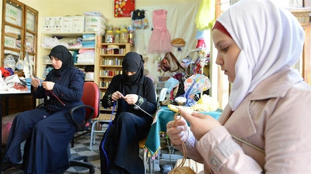 Suriyeli kadınlar el becerilerini kullanıyorlar