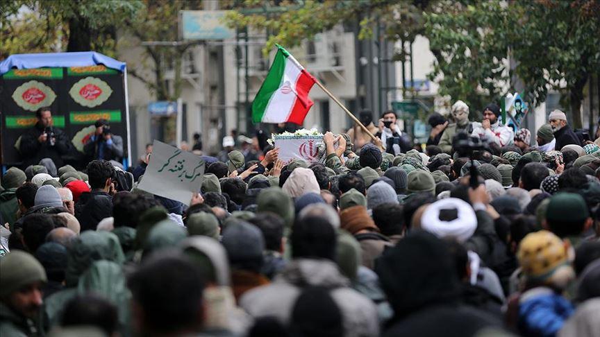 Tahran'da güvenlik güçlerinin cenaze töreni 'karşıt' gösteriye döndü