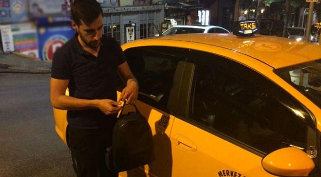 Taksi şoförü içi para ve ziynet dolu çantayı sahibine teslim etti