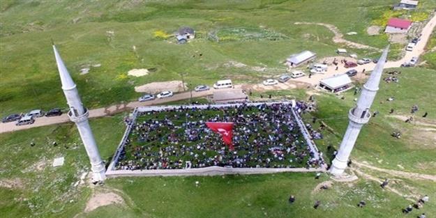 Tam 556 ildir açıq hava məscidində çəmən üzərində namaz qılınır