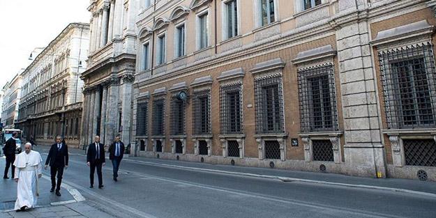 Tarihi görüntü! Papa karantinadaki Roma sokaklarında gezindi