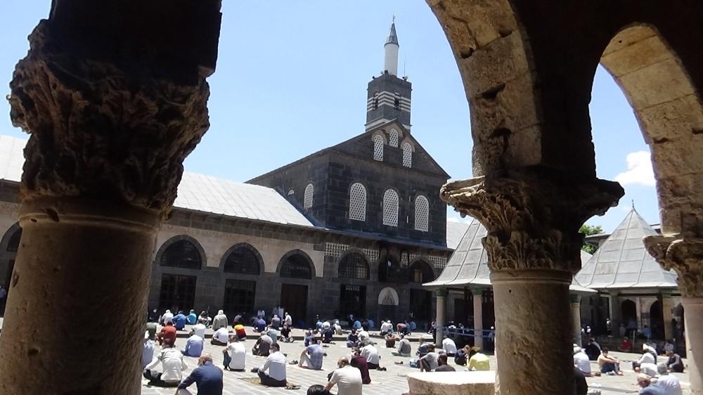 Tarihi Ulu Cami'de sosyal mesafeli ikinci cuma namazı