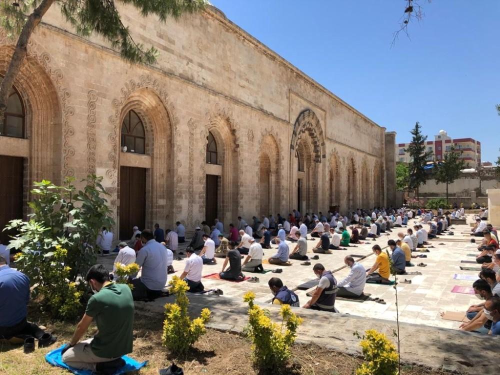 Tarihi Ulu Cami'nin avlusunda sosyal mesafeli cuma namazı