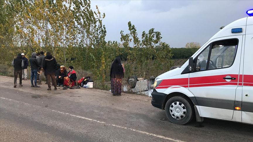 Tarım işçilerini taşıyan midibüs devrildi: 11 kişi yaralandı