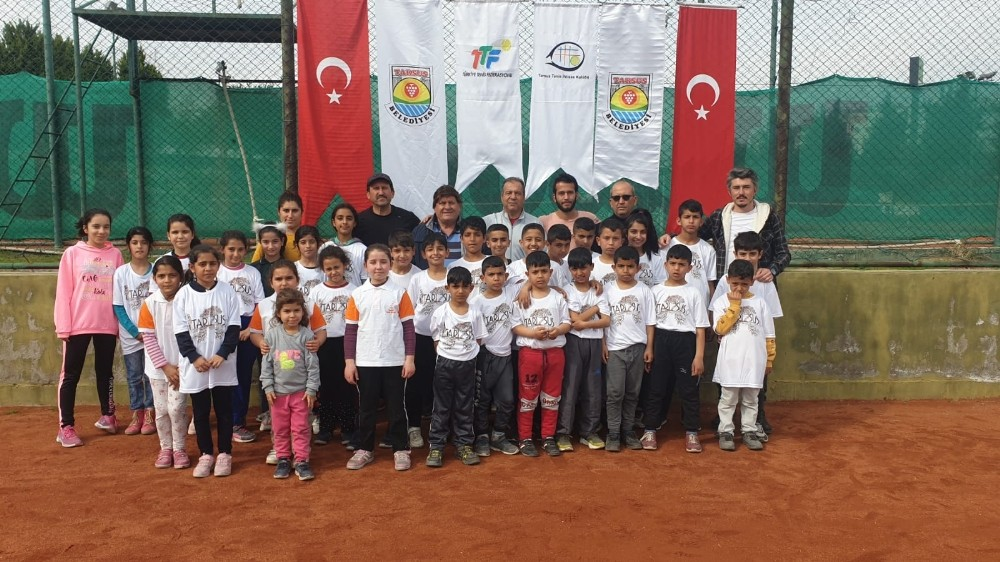 Tarsus'ta çocuklar tenisle tanışıyor
