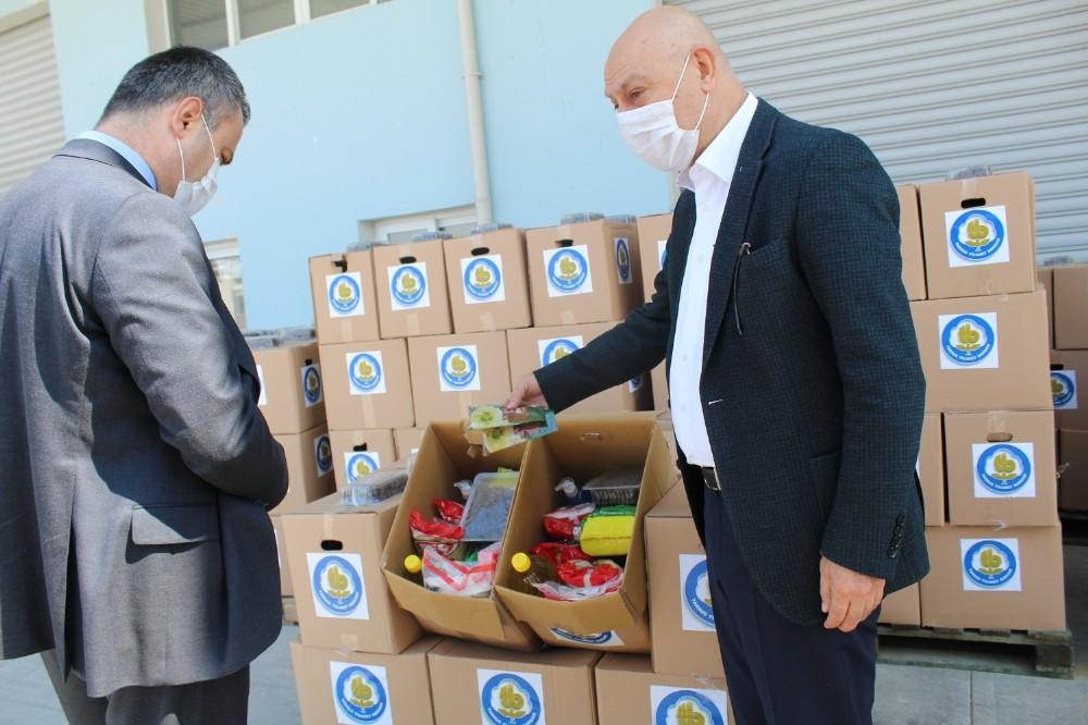 Tarsus'ta ihtiyaç sahiplerine gıda yardımı