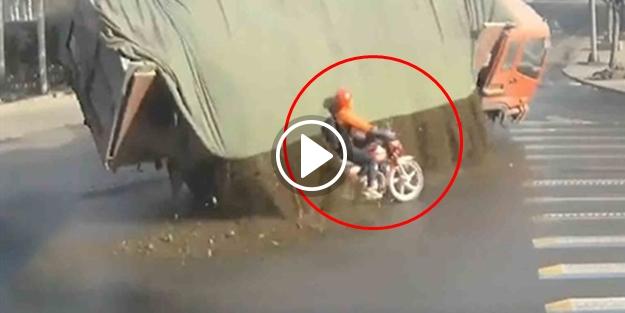 TAŞ YÜKLÜ KAMYONUN ALTINDA KALMAKTAN SON ANDA KURTULAN ŞANSLI MOTORCU