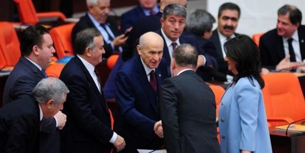 TBMM'de dikkat çeken anlar! MHP Lideri Bahçeli, HDP Eşbaşkanları ile tokalaştı