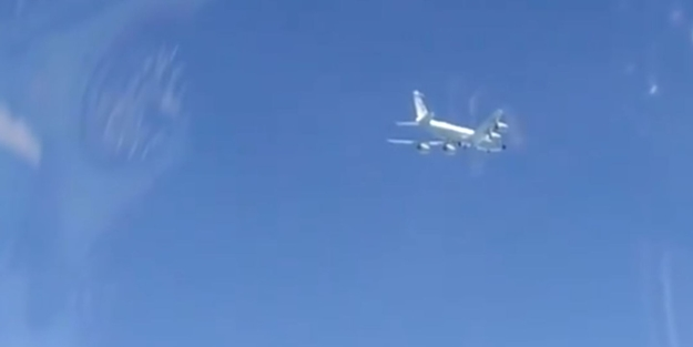 Tehlikeli anlar! Rus jetleri ABD uçaklarını görünce havalandı