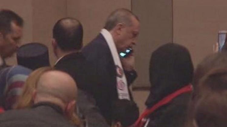 Telefon gelince Erdoğan salondan ayrıldı!
