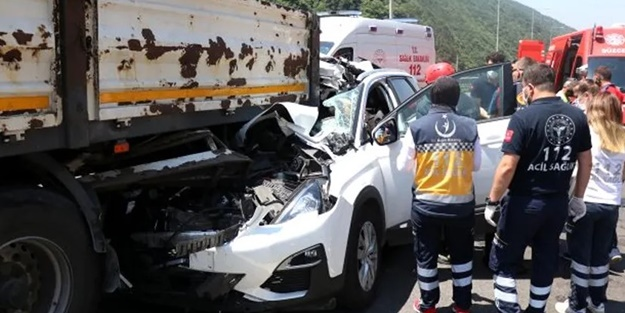 TEM'de feci kaza! Otomobil TIR'a ok gibi saplandı
