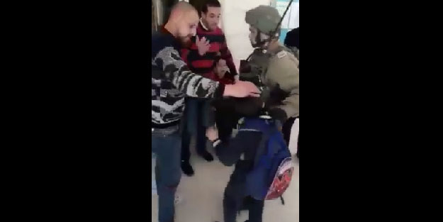 Terör Devleti iyice azıttı! Siyonist köpekler, Filistinli şehidin küçük kardeşini zorla esir aldı