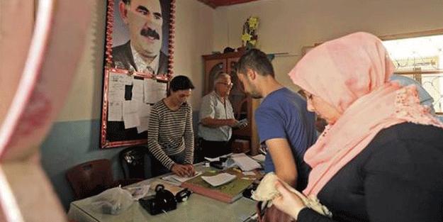 Teröristbaşının posterinin önünde oy kullandılar!