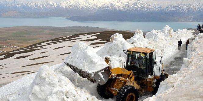Nemrut Dağı eteğinde 5 metreye ulaşan karla mücadele