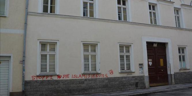 Avusturya İslam Toplumu binasına ırkçı saldırı