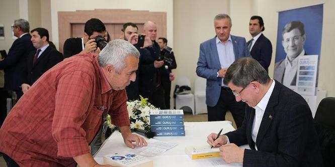 Davutoğlu, yeni kitabını okurları için imzaladı