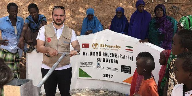 Fotoğraf sanatçısı Somali'de su kuyusu açtı
