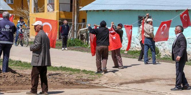 Kırgız Türk'ü şehidin köyü Türk bayraklarıyla donatıldı