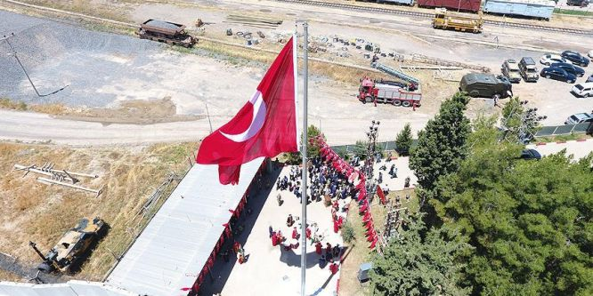 Ceylanpınar'da Suriye sınırına dev Türk bayrağı