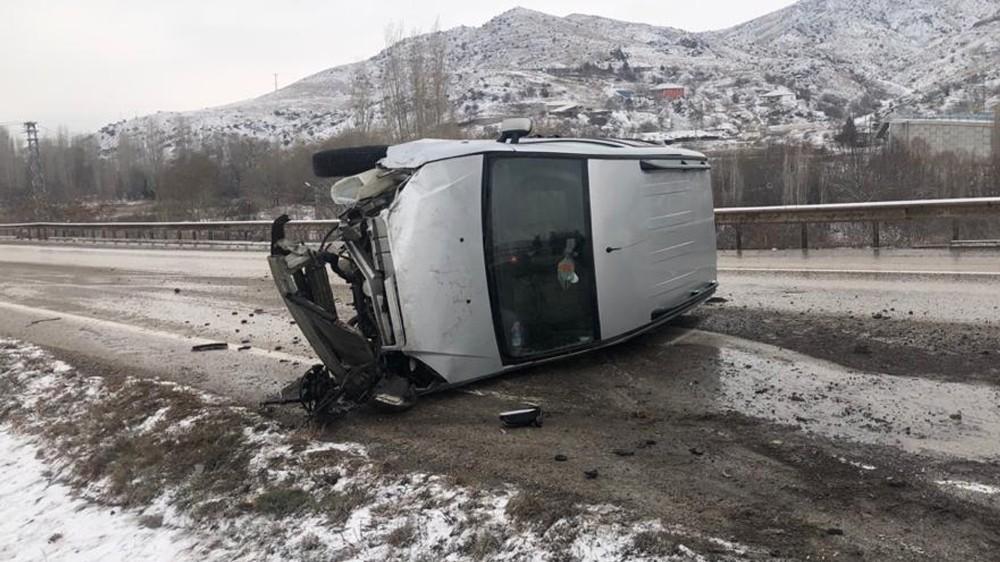 Ticari araç bariyerlere çarpıp yan yattı: 3 yaralı