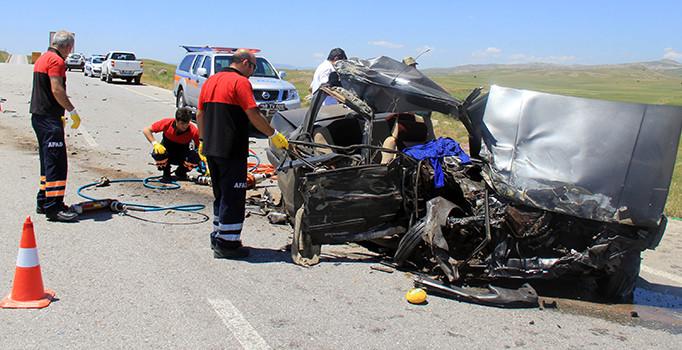 TIR ile otomobil çarpıştı: 2 ölü, 3 yaralı