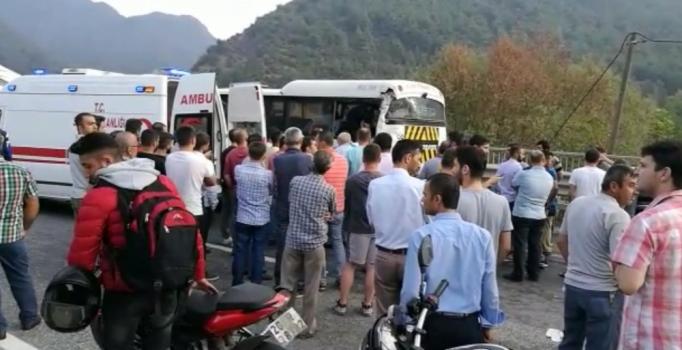 TIR, işçi servisine çarpıp devrildi: 8 kişi yaralandı