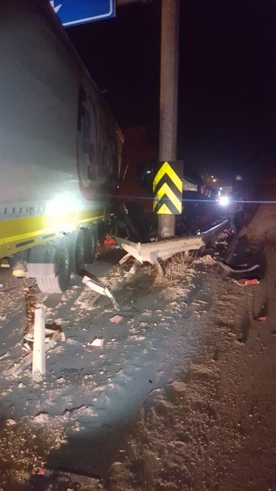 Tır kaza yaptı, sürücüsü yara almadan kurtuldu