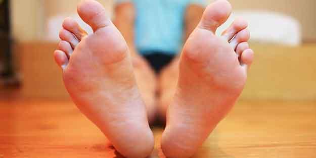 Topuğunuzda çivi batar gibi ağrı varsa dikkat! Topuk dikeni tedavi edilebilir mi? İşte detaylar...