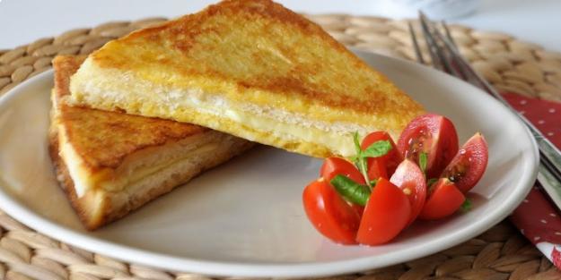 Tost makinesinde yumurtalı tost nasıl yapılır? Kahvaltılık yumurtalı tost tarifi