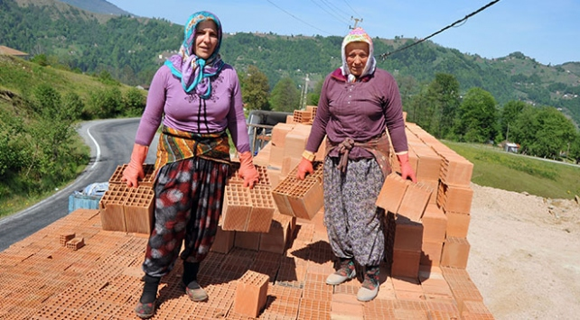 Trabzon'da 4 kadın, kamyonlardan tuğla boşaltarak ekmeklerini kazanıyor