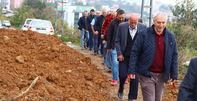 TRABZON'DA 'TAPUSU BENDE' DEYİP YOLU KAPATTI
