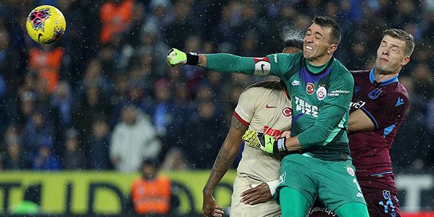 Trabzonspor-Galatasaray maçında mücadele çok! Kazanan yok