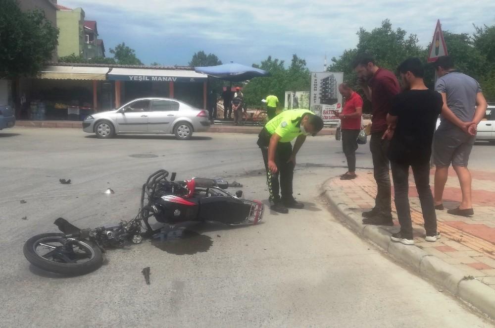 Traktöre çarpan motosiklet sürücüsü yaralandı