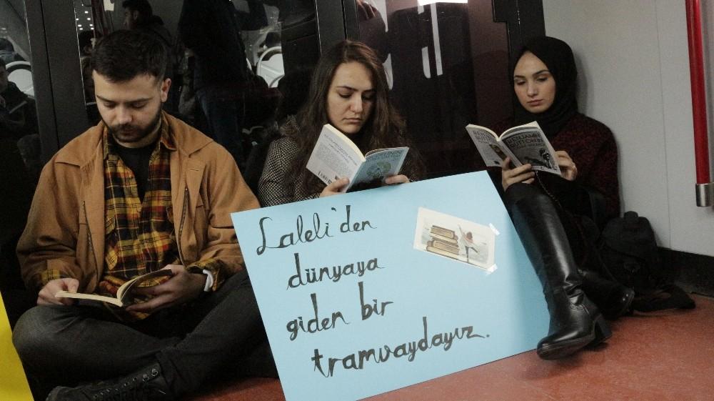 Tramvayda kitap okuyarak farkındalık oluşturdular