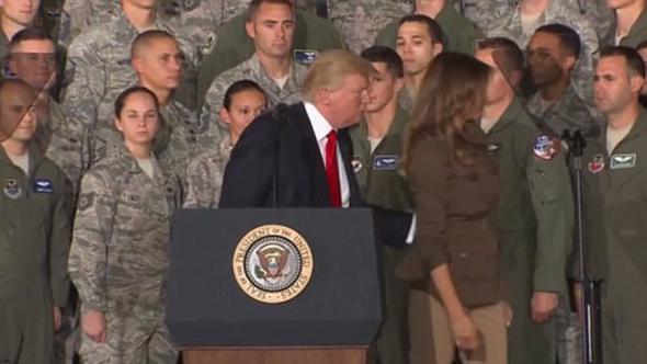 Trump, eşi Melenia'yı resmen sahneden kovdu!
