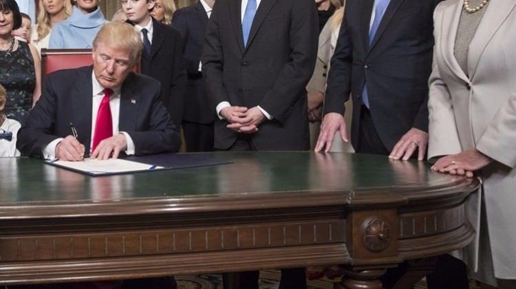 Trump imzayı attı! ABD resmen çekildi