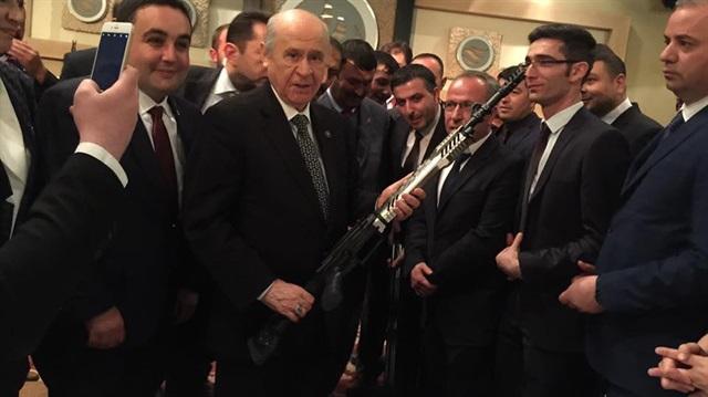 Tüfek hediye edilen Bahçeli: Şimdi El-Bab'a gidebiliriz
