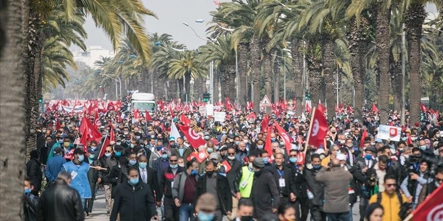 Tunus'ta binlerce kişi Nahda Hareketinin çağrısıyla sokağa indi