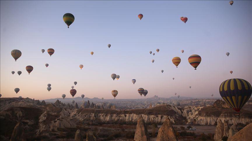 Turistler Kapadokya'yı 4 mevsim balonla geziyor