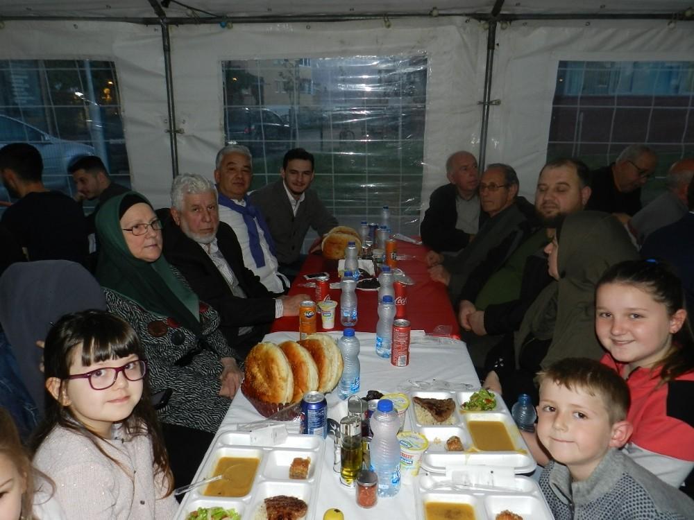 TÜRK ASKERİ VATANDAN UZAKTA İFTARINI KOSOVA HALKIYLA BİRLİKTE AÇIYOR