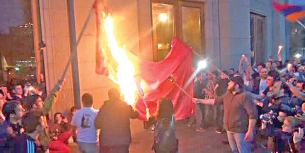 Azılı Ermeniler, Türk Bayrağı yaktı