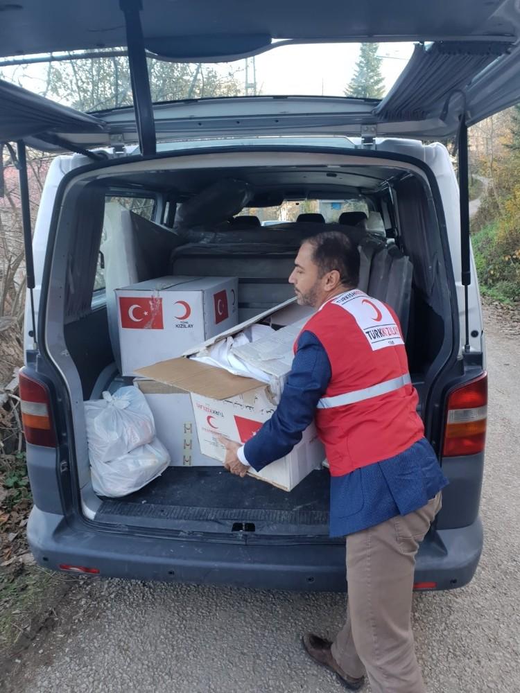 Türk Kızılayı'ndan evsiz kalan aileye yardım