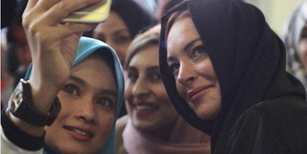 Türkçe öğrenen ABD'li oyuncu başörtülü görüntülendi