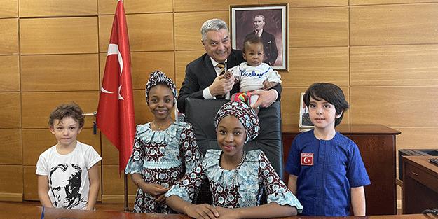 Türkiye'nin Abuja Büyükelçisi Bayraktar koltuğu çocuklara devretti