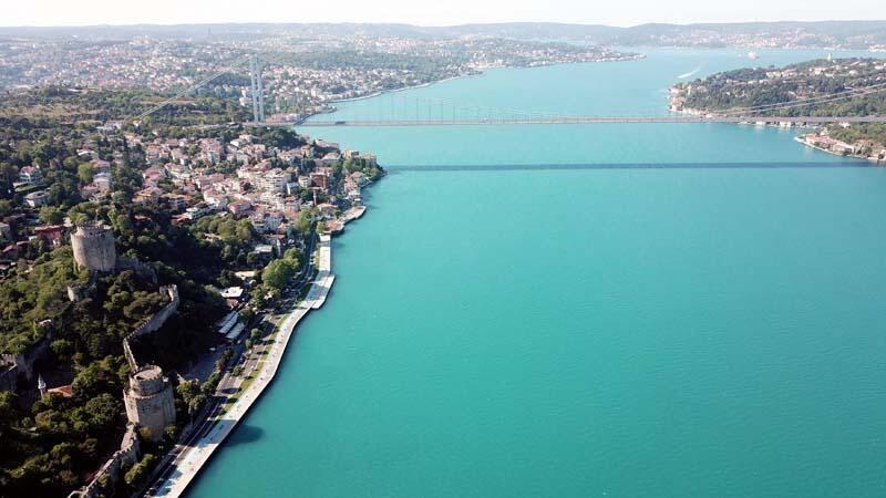 Turkuaz'a bürünen İstanbul Boğazı görenleri mest etti
