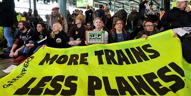 'Uçak biletlerini pahalandırın' sloganı atan protestocular havalimanını işgal etti!
