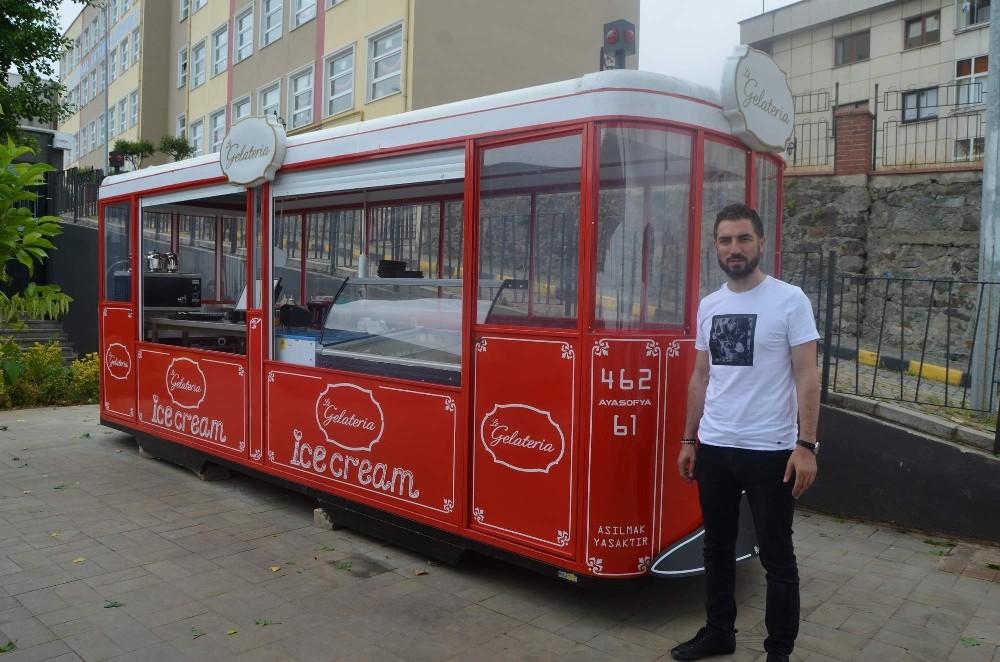Uçak, gemi, tren, araba derken şimdi de bir tramvay bir restorandın bahçesine konuşlandırıldı