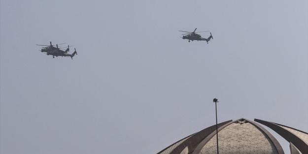 Ülkenin milli gününde Atak helikopterinden gösteri uçuşu